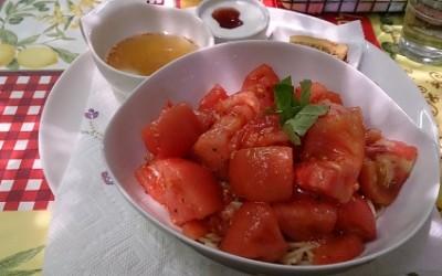 健康の基本は、身体が喜ぶ旬のものを使った料理- 深い赤色の冷製トマトパスタ -