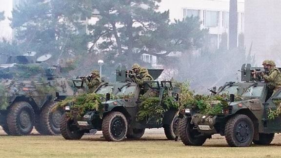 第一線で奮闘する小倉第40普通科連隊の実戦的な戦闘訓練を観る