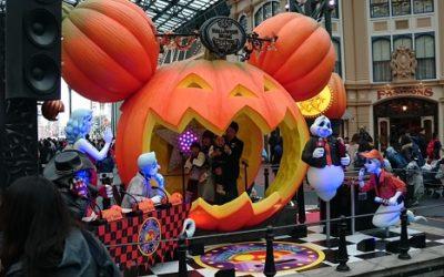 シニアの夫婦がディズニーランドの季節のイベントを心待ちにしながら楽しむ方法
